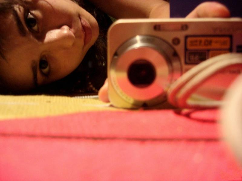 18летняя брюнетка делает селфи перед зеркалом на фотоаппарат 5 фото