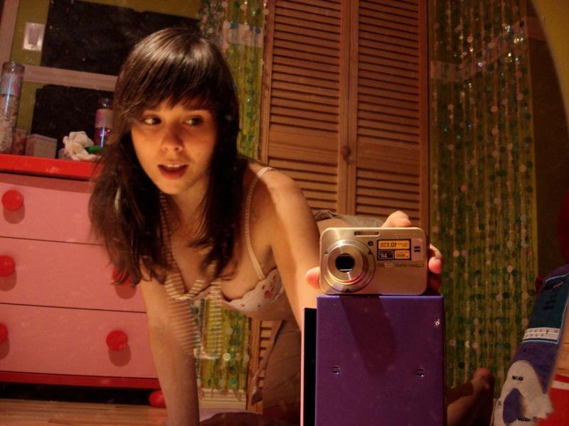 18летняя брюнетка делает селфи перед зеркалом на фотоаппарат 6 фото