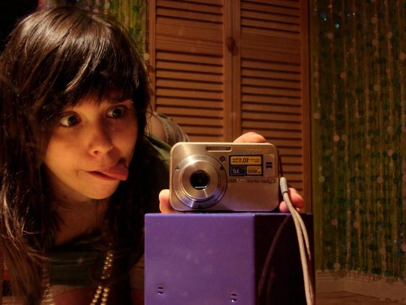 18летняя брюнетка делает селфи перед зеркалом на фотоаппарат 3 фото