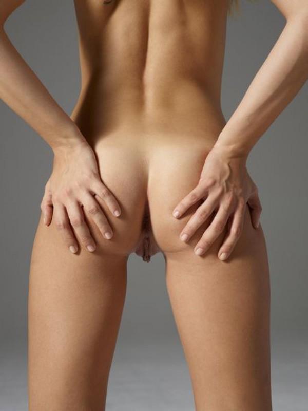 Голая блондинка демонстрирует пластичность и упругое тело
