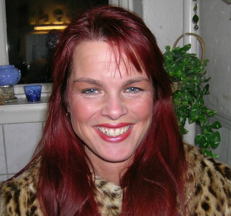 Зрелая женщина с красными волосами показывает голое тело мужу 8 фото