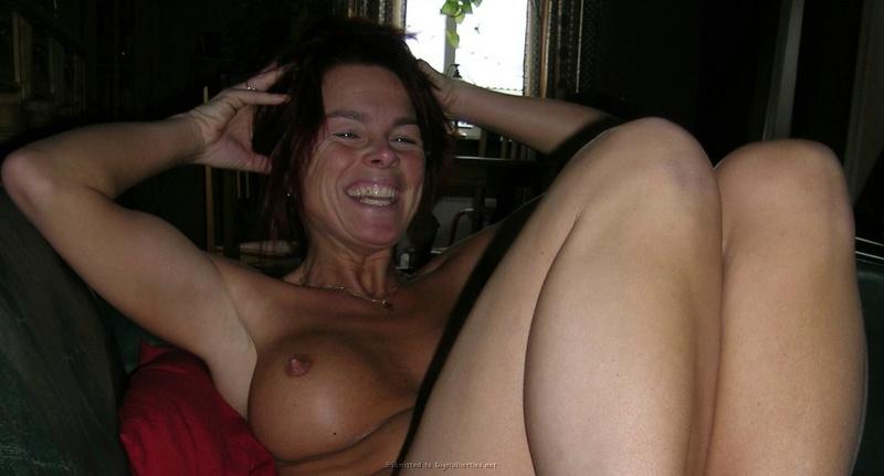 Зрелая женщина с красными волосами показывает голое тело мужу 6 фото