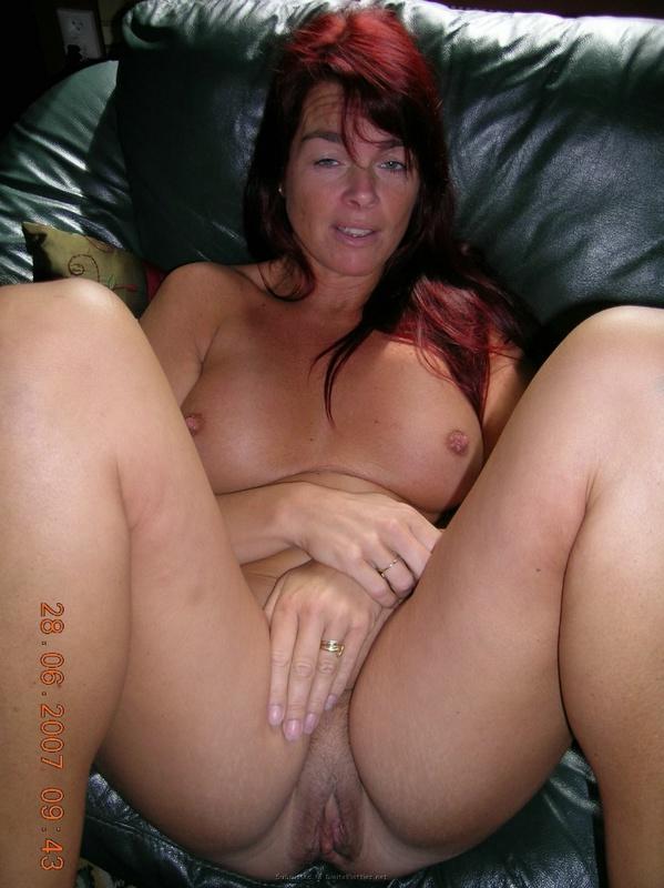 Зрелая женщина с красными волосами показывает голое тело мужу 12 фото