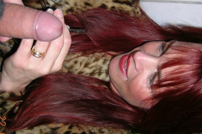 Зрелая женщина с красными волосами показывает голое тело мужу 9 фото
