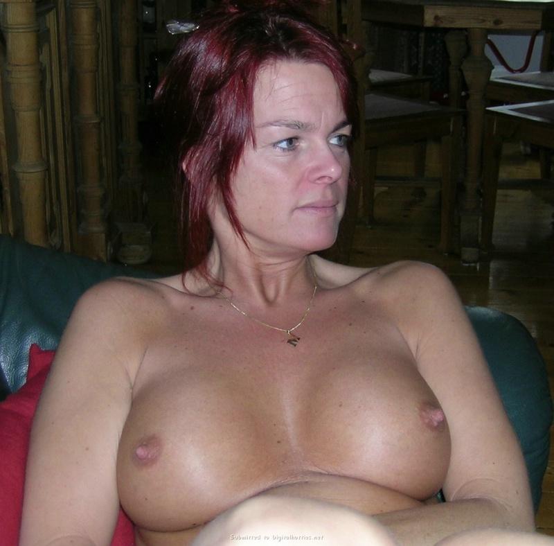 Зрелая женщина с красными волосами показывает голое тело мужу 5 фото