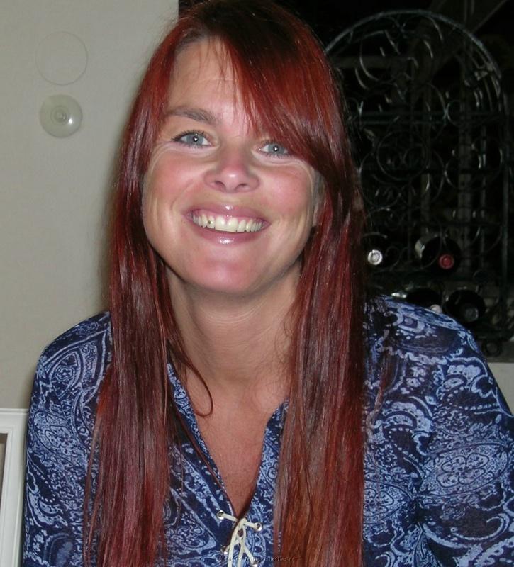 Зрелая женщина с красными волосами показывает голое тело мужу 16 фото