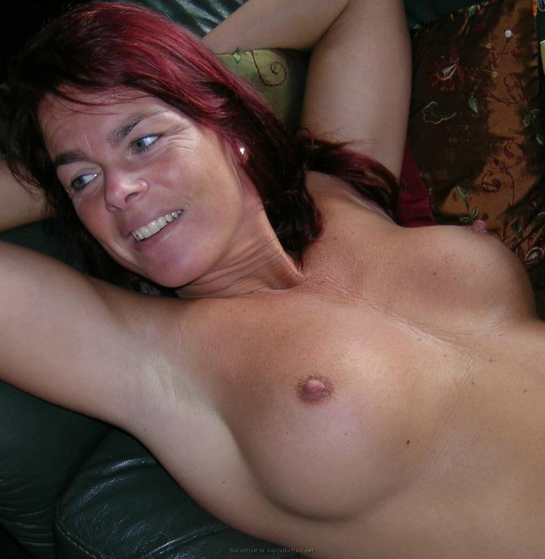 Зрелая женщина с красными волосами показывает голое тело мужу 15 фото
