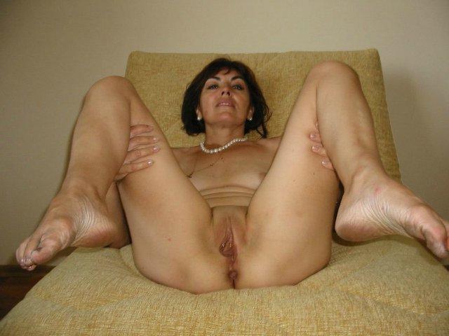 Одинокие мамочки раздвигают ноги и показывают киски на камеру 6 фото