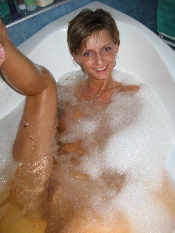 Длинноногая крошка расслабляется после приема ванны 1 фото