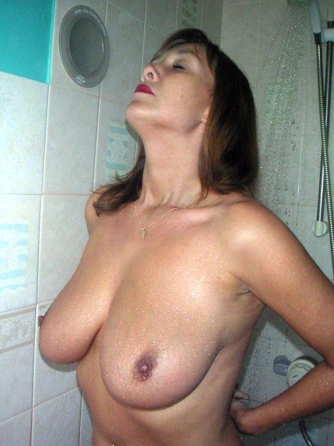 Зрелая женщина сняла трусики и приняла душ 10 фото