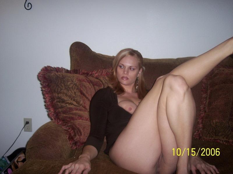 Баба мелькает большими дойками и трусиками на домашнем диване 9 фото