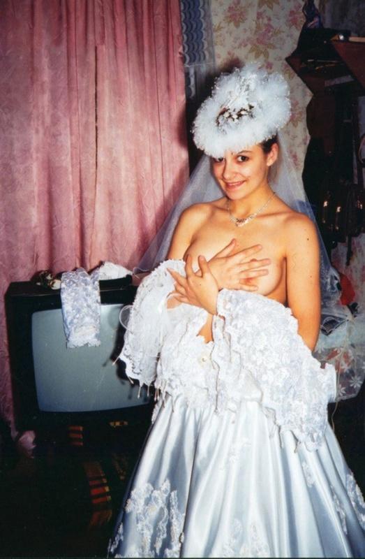 Советская баба примеряет свадебное платье и шубу на голое тело 2 фото
