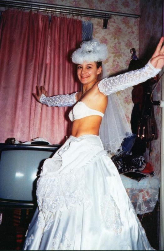 Советская баба примеряет свадебное платье и шубу на голое тело 1 фото