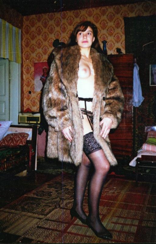 Советская баба примеряет свадебное платье и шубу на голое тело 7 фото