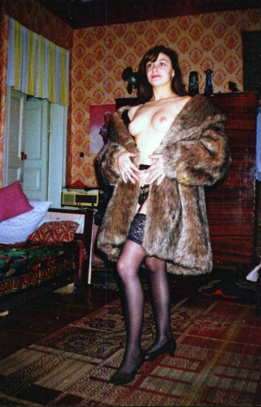 Советская баба примеряет свадебное платье и шубу на голое тело 8 фото