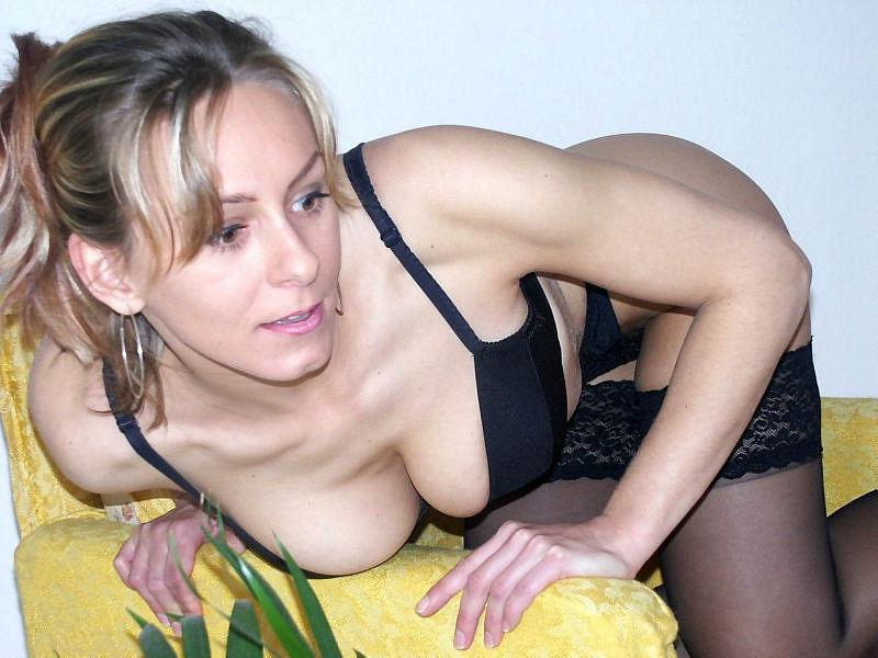 Женщина позирует на камеру в чулках и нижнем белье 6 фото