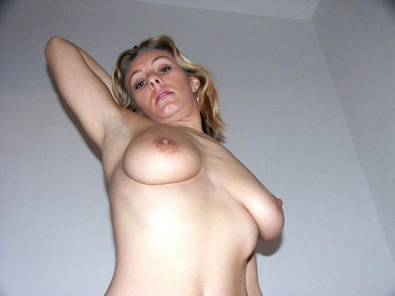 Женщина позирует на камеру в чулках и нижнем белье 19 фото