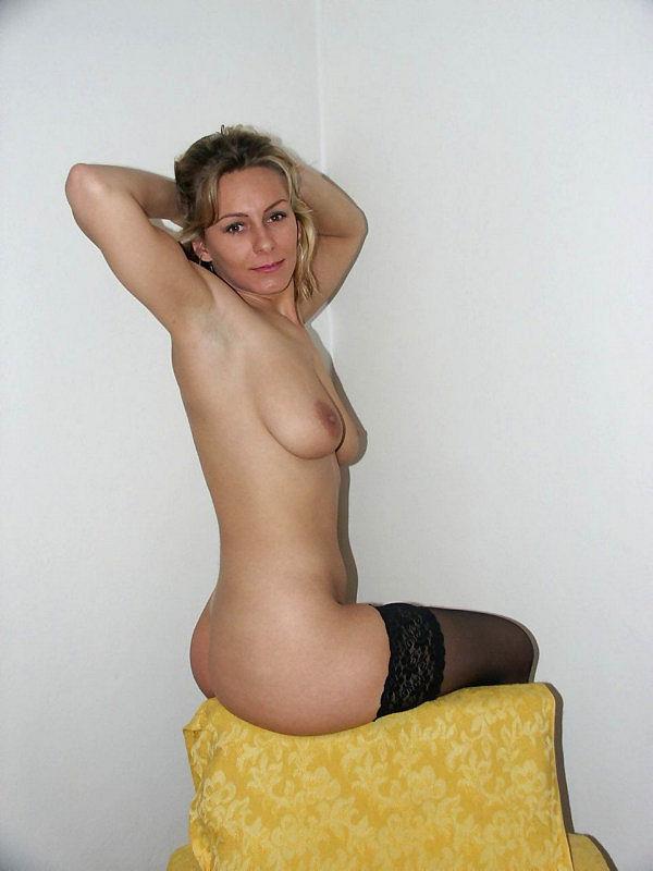 Женщина позирует на камеру в чулках и нижнем белье 12 фото