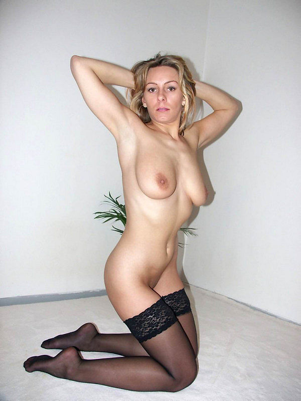 Женщина позирует на камеру в чулках и нижнем белье 18 фото