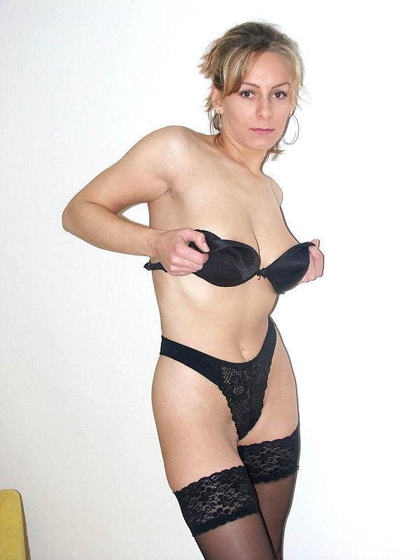 Женщина позирует на камеру в чулках и нижнем белье 8 фото