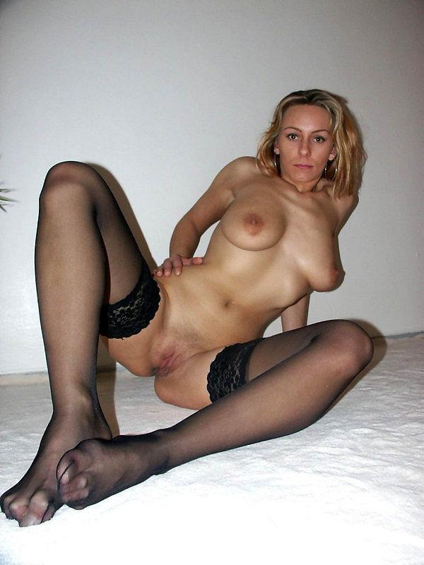 Женщина позирует на камеру в чулках и нижнем белье 14 фото