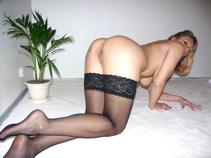 Женщина позирует на камеру в чулках и нижнем белье 17 фото