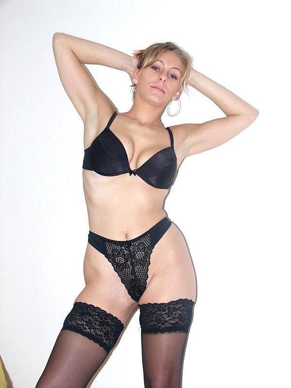 Женщина позирует на камеру в чулках и нижнем белье 4 фото