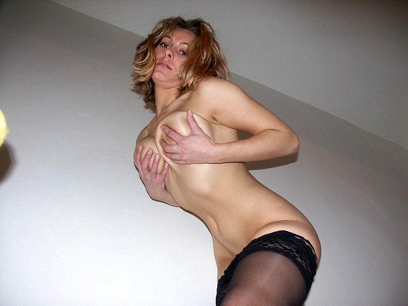 Женщина позирует на камеру в чулках и нижнем белье 16 фото