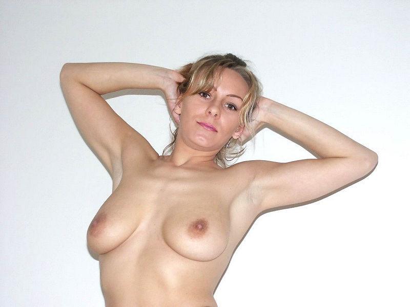 Женщина позирует на камеру в чулках и нижнем белье 20 фото