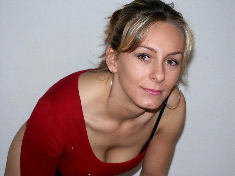 Женщина позирует на камеру в чулках и нижнем белье 1 фото