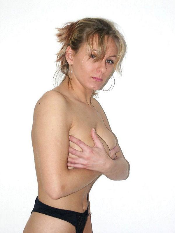 Женщина позирует на камеру в чулках и нижнем белье 9 фото