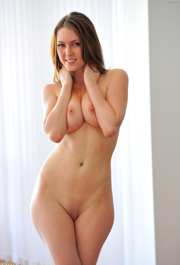 Обнаженная пластичная девушка показывает свою гибкость 3 фото