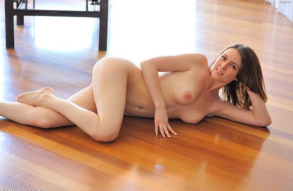 Обнаженная пластичная девушка показывает свою гибкость 8 фото