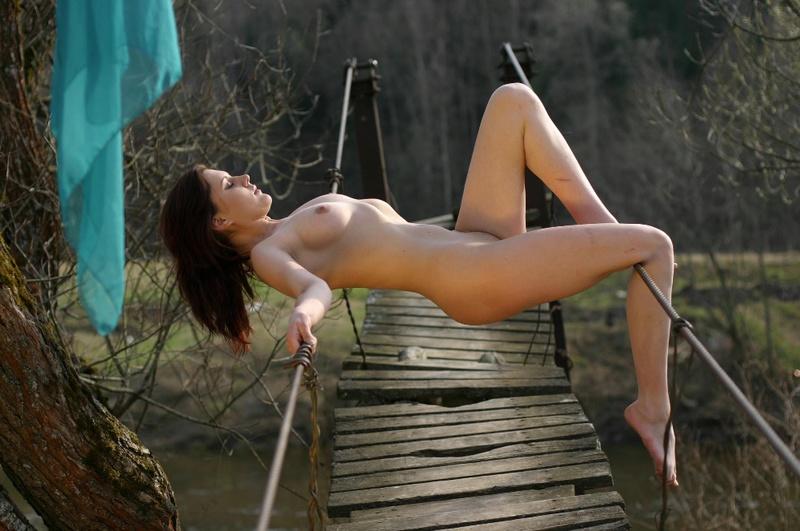 Голая туристка заблудилась в горах 10 фото