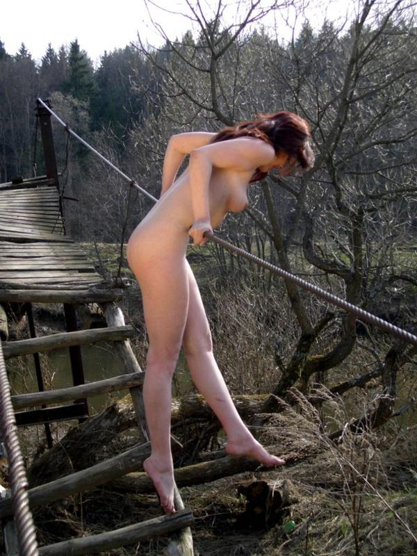 Голая туристка заблудилась в горах 15 фото