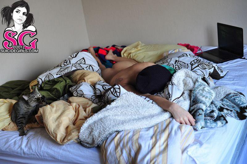 18летняя анимэшница с зелеными волосами разделась на постели 4 фото