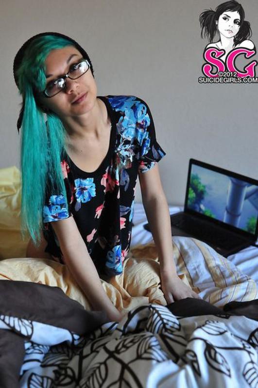18летняя анимэшница с зелеными волосами разделась на постели 32 фото