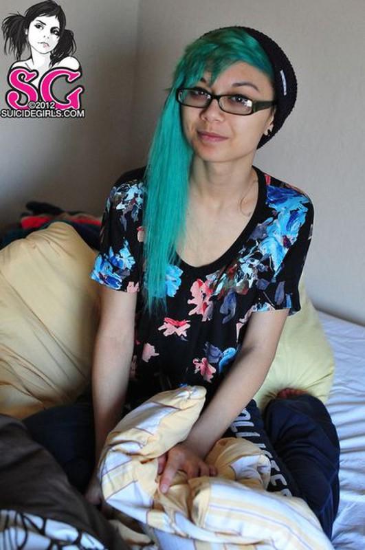 18летняя анимэшница с зелеными волосами разделась на постели 18 фото