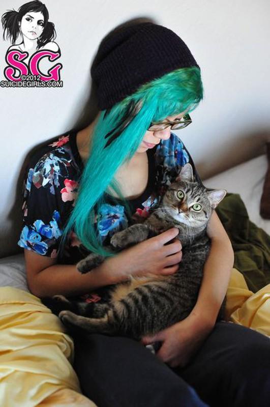 18летняя анимэшница с зелеными волосами разделась на постели 17 фото