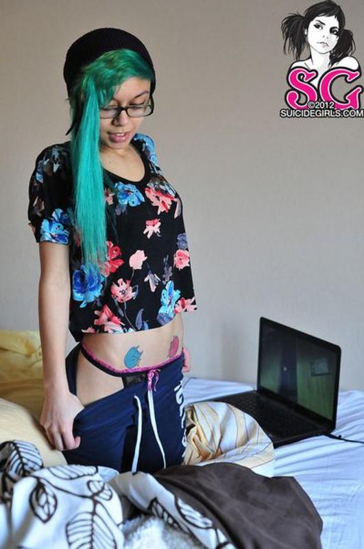 18летняя анимэшница с зелеными волосами разделась на постели 12 фото