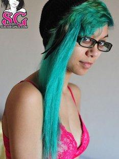 18летняя анимэшница с зелеными волосами разделась на постели