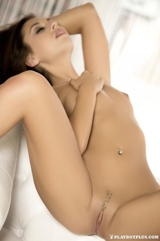 Профессиональные снимки молодой модели на белом диване 7 фото