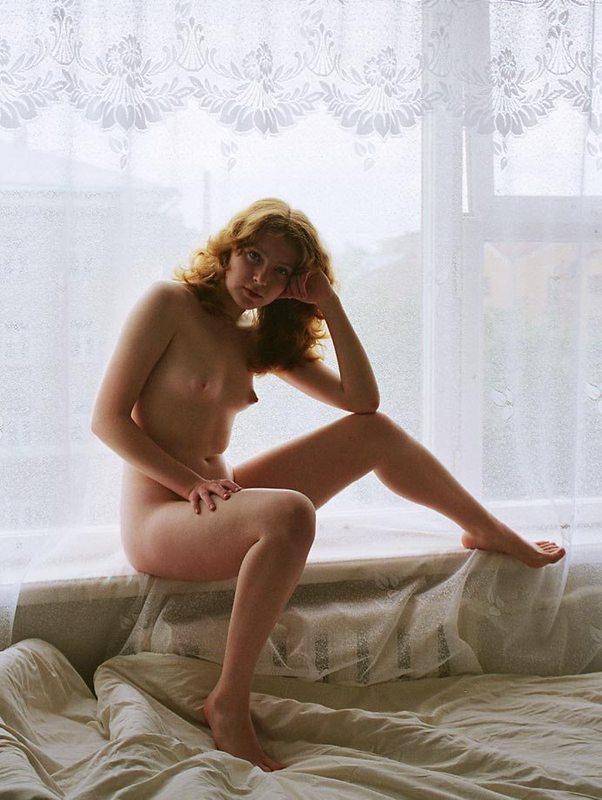 Рыжая телка валяется на постели в одиночестве 9 фото