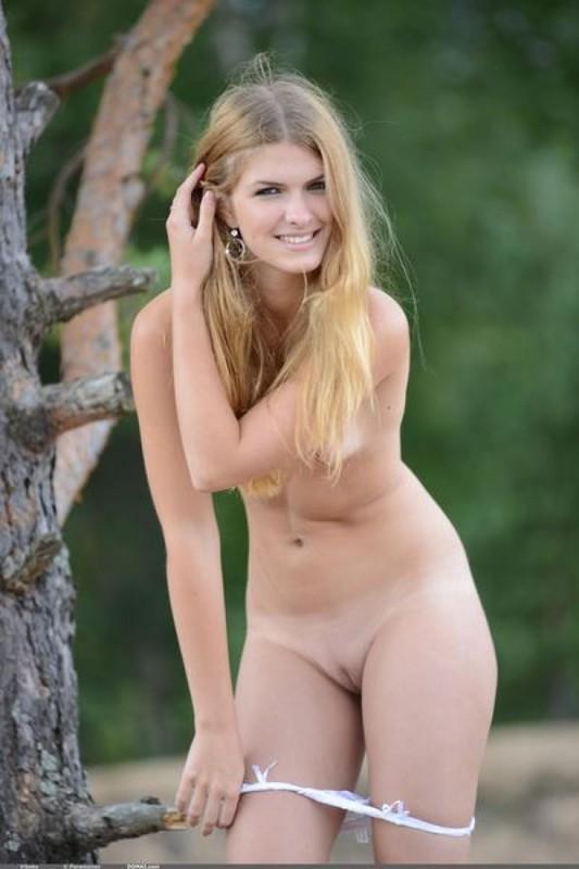 Худенькая блондинка в белых трусиках раздевается на природе 10 фото