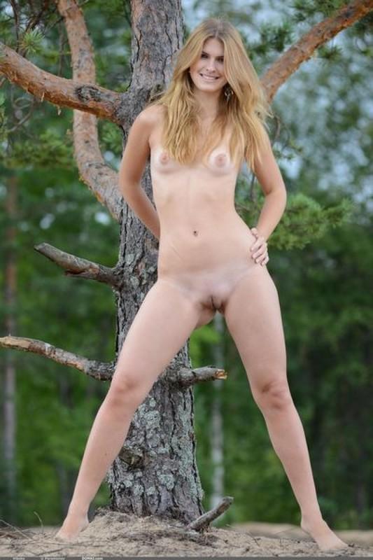 Худенькая блондинка в белых трусиках раздевается на природе 14 фото