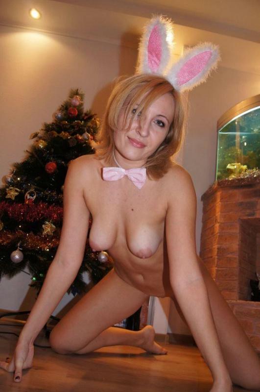 Русская мамочка нарядилась в зайца для молодого любовника 1 фото