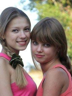 Молодые лесбиянки развлеклись на природе