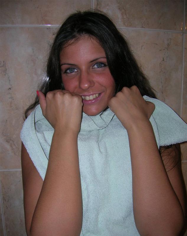 Длинноволосая брюнетка с голубыми глазами светит телом в ванной 8 фото