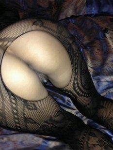 Сексуальная чика становится в позу доги стайл