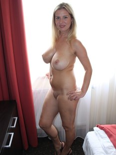 Голая блондинка позирует на камеру